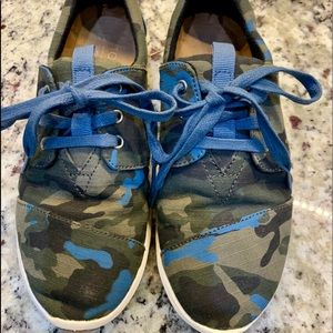 Camo Tom's tennis shoes